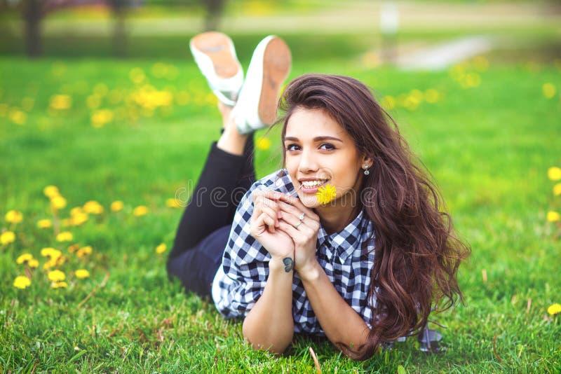 Het meisjesportret van de zomer Vrouw glimlachen gelukkig op de zonnige zomer royalty-vrije stock foto's