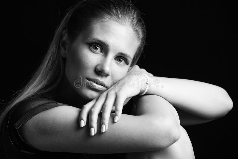 Het meisjesportret van het Beautfulblonde in zwart-witte studio royalty-vrije stock afbeelding