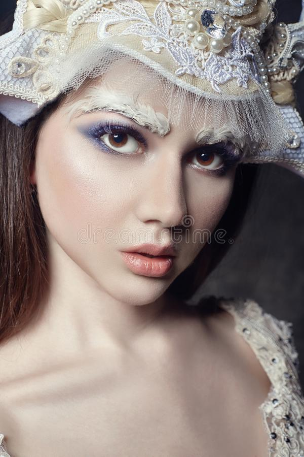 Het meisjesportret, wimpers en make-up van de kunstschoonheid Zuivere huid, huidzorg en wimpers Vrouw in Russische nationale kled stock afbeeldingen