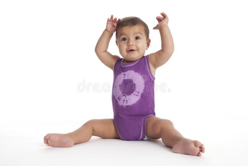 Het meisjeszitting van de baby in balletpositie no.3 stock fotografie