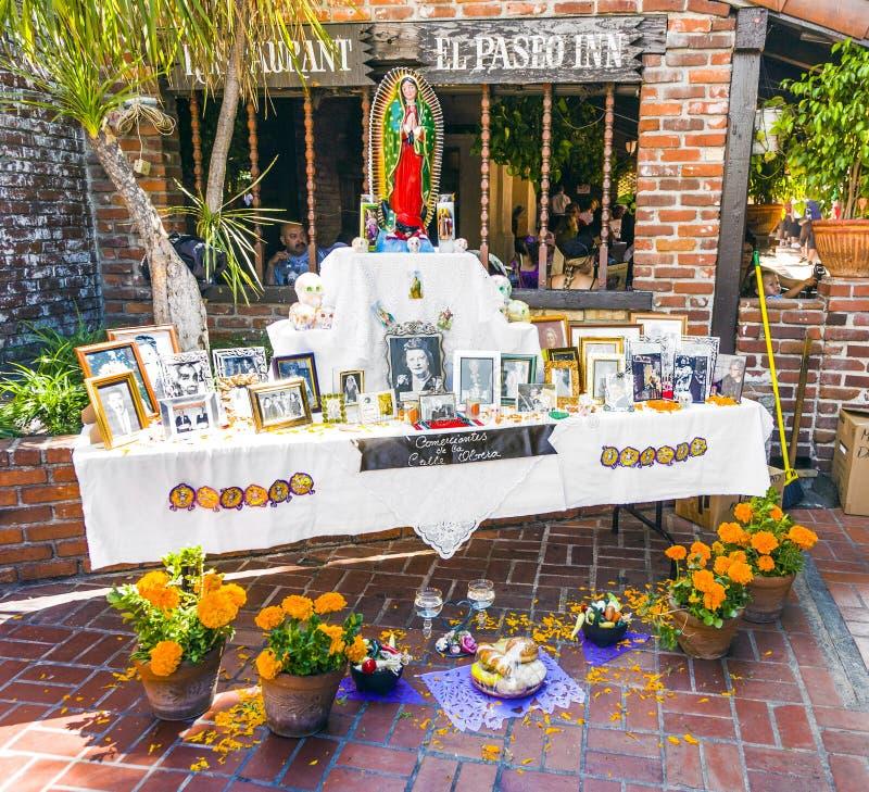 Het memento van overlijdt bij een altaar in Olvera Straat, Los Angeles stock foto