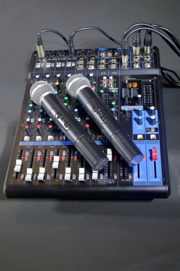 Het mengen van console met twee draadloze microfoons royalty-vrije stock foto's