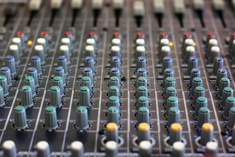 Het mengen van console voor microfoon geluidsinstallatie stock afbeeldingen