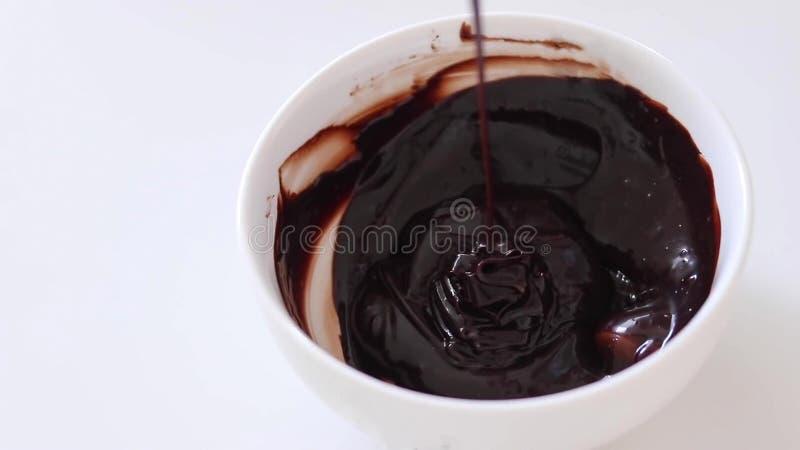 Het mengen van de chocoladeglans Kokende cake stock foto