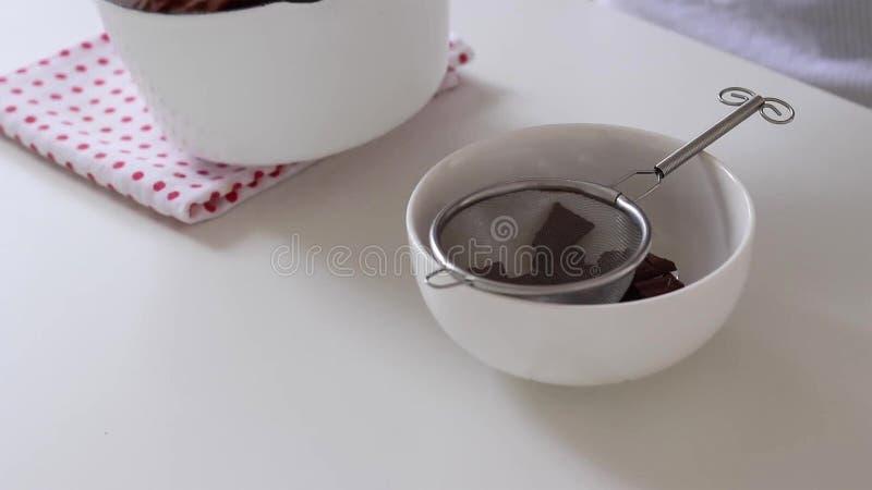 Het mengen van de chocoladeglans Kokende cake royalty-vrije stock afbeelding