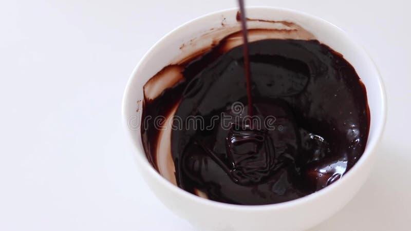 Het mengen van de chocoladeglans Kokende cake stock fotografie