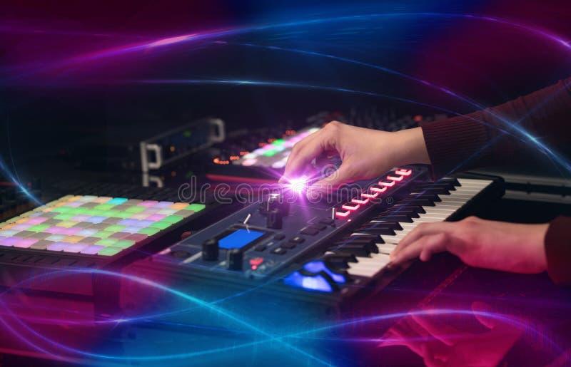 Het mengen van muziek op het controlemechanisme van Midi met golf vibe concept stock afbeeldingen