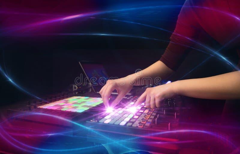 Het mengen van muziek op het controlemechanisme van Midi met golf vibe concept stock afbeelding