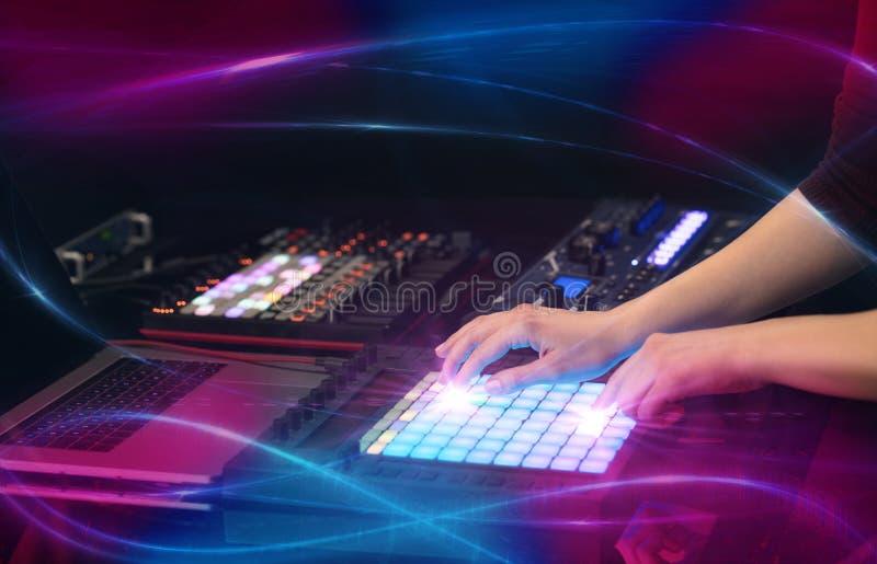 Het mengen van muziek op het controlemechanisme van Midi met golf vibe concept royalty-vrije stock foto