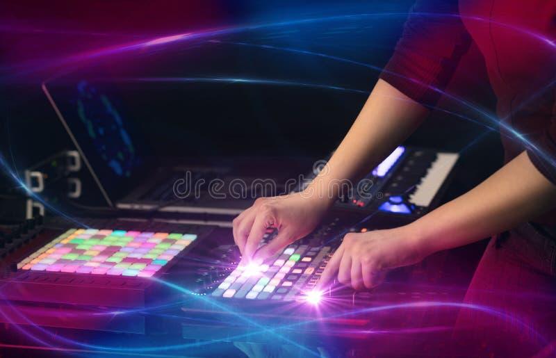 Het mengen van muziek op het controlemechanisme van Midi met golf vibe concept royalty-vrije stock afbeeldingen