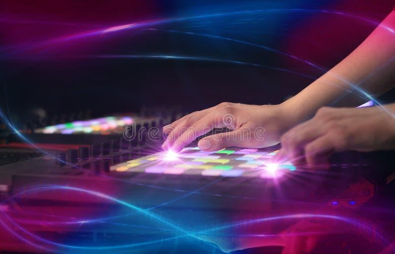 Het mengen van muziek op het controlemechanisme van Midi met golf vibe concept royalty-vrije stock afbeelding