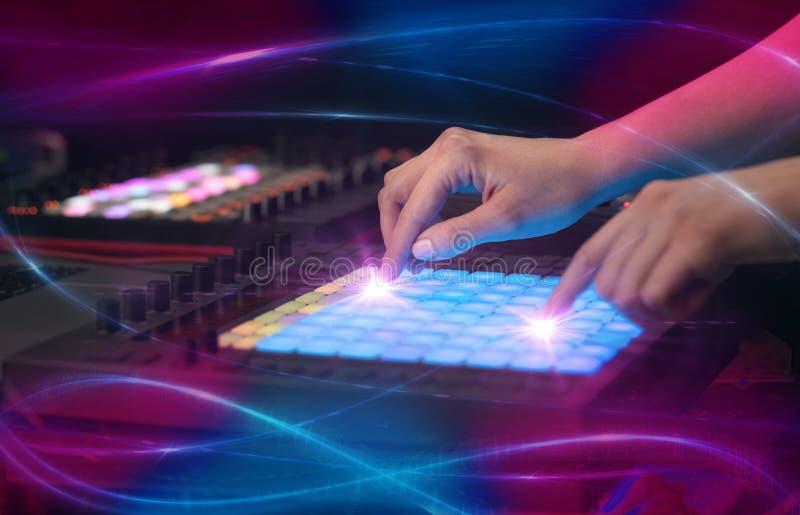 Het mengen van muziek op het controlemechanisme van Midi met golf vibe concept stock foto's
