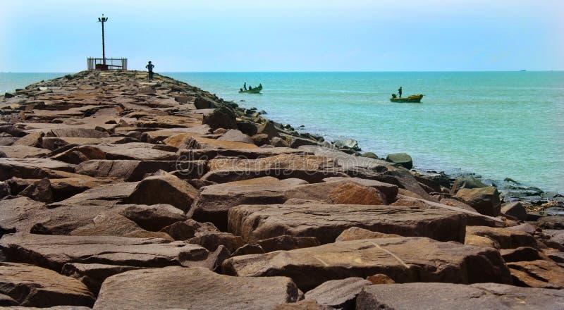 Het meningspunt van het karaikal strand met steenmanier royalty-vrije stock fotografie