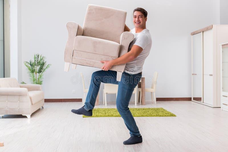 Het mensen bewegende meubilair thuis royalty-vrije stock afbeelding