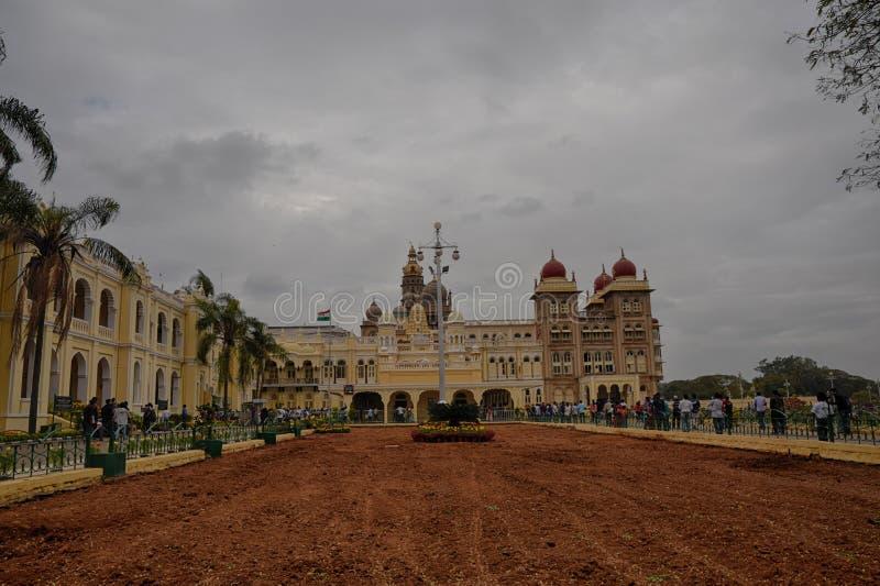 Het mensen bezochte Paleis van Mysore tijdens de dag van de republiek stock afbeeldingen
