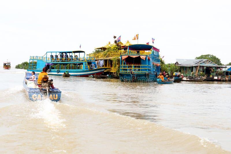Het mensenleven bij Drijvend dorp op Tonle-Sapmeer Siem oogst Kambodja royalty-vrije stock afbeelding