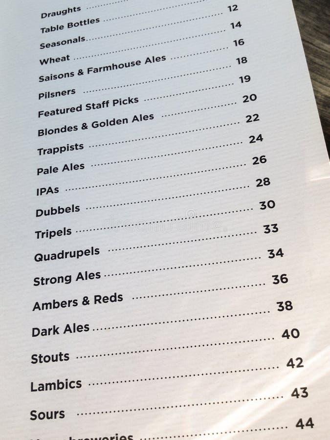 Het menu van het ambachtbier bij een microbrewery stock foto