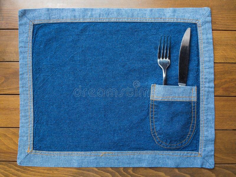 Het mes en vertakt zich een jeans napkin zak stock afbeeldingen