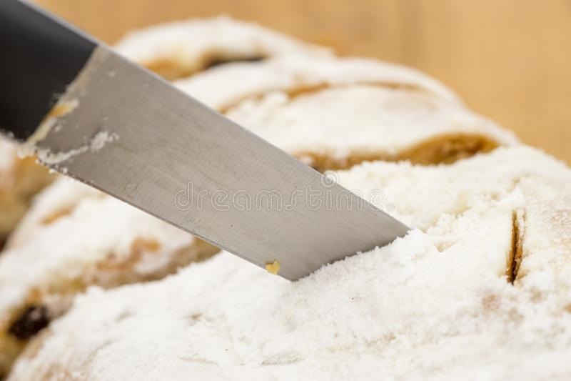 Het mes snijdt een cake stock foto