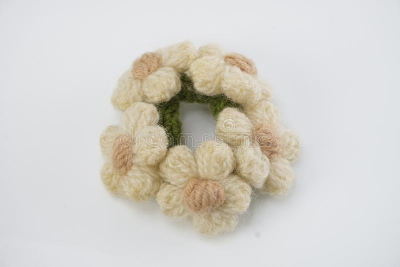 Het met de hand gemaakte breien haakt bloemen op witte achtergrond stock afbeelding