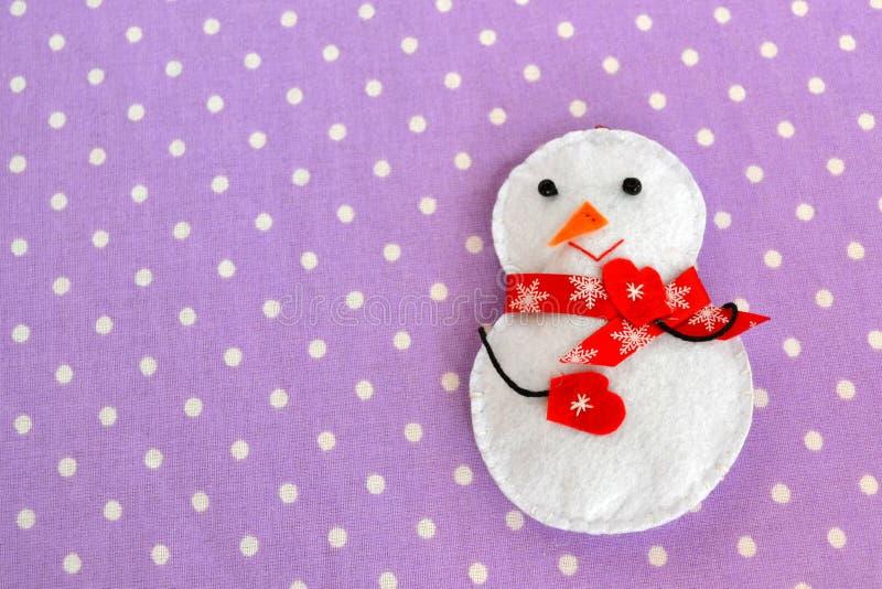Het met de hand gemaakte gevoelde stuk speelgoed van de Kerstmissneeuwman Eigengemaakte gevoelde ambachten royalty-vrije stock fotografie