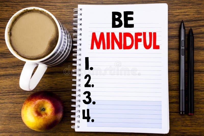 Het met de hand geschreven tekst tonen Bedachtzaam is Bedrijfsconcept voor de Gezonde Geest van Mindfulness die op het document v stock foto's