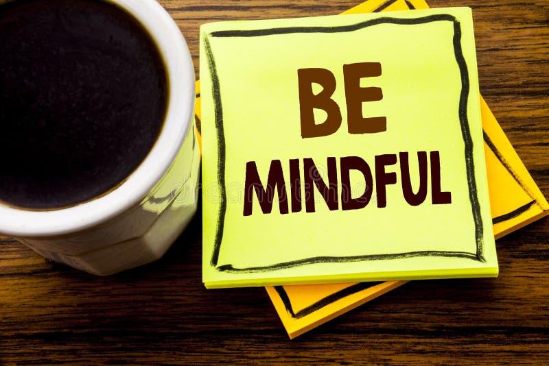Het met de hand geschreven tekst tonen Bedachtzaam is Bedrijfsconcept voor de Gezonde Geest van Mindfulness die op kleverig notad stock foto's