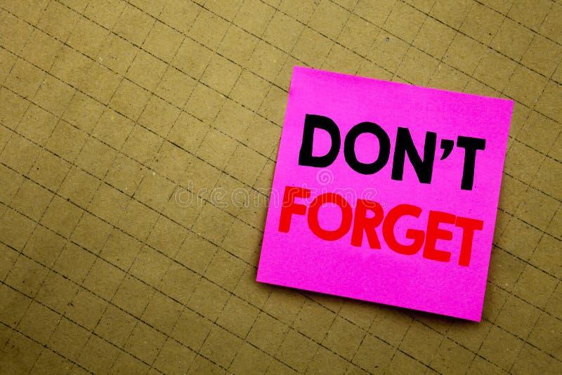 Het met de hand geschreven teksttitel tonen vergeet niet Bedrijfsconcept die die voor Don t geheugen Remider schrijven op kleveri stock afbeeldingen