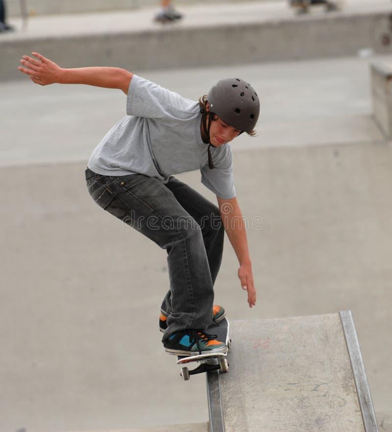 Het met een skateboard rijden van de tiener stock afbeeldingen