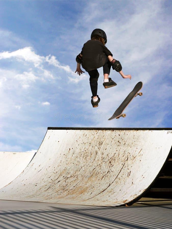Het Met Een Skateboard Rijden Van Het Meisje Stock Afbeelding