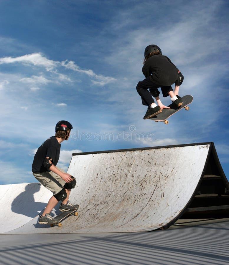 Het met een skateboard rijden van jonge geitjes stock afbeeldingen