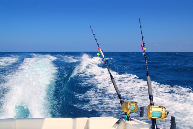Het met een sleeplijn vissen het zoutwaterspoelen van de vissersbootstaaf stock foto's