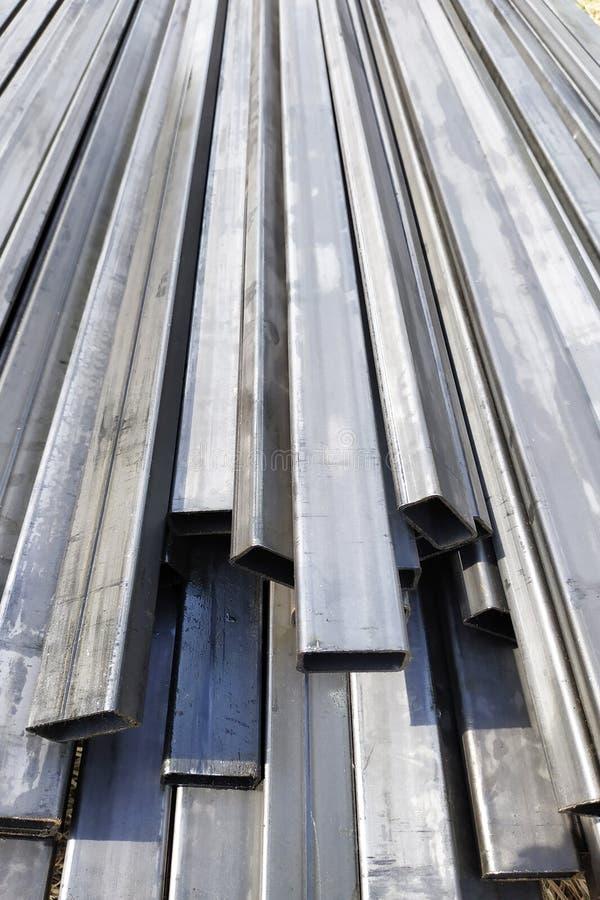 Het metaal rechthoekige profiel ligt op de bouwwerf stock afbeeldingen