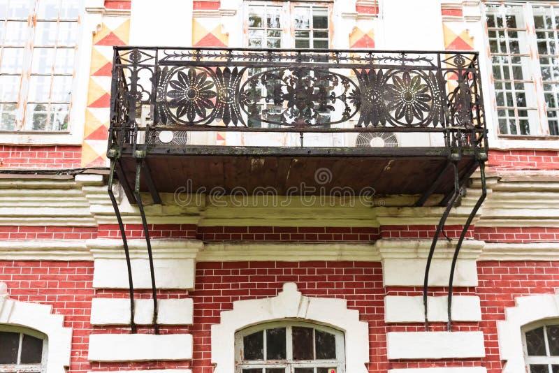Het metaal smeedde Frans balkon in oud steenhuis in Vologda Rusland stock foto's