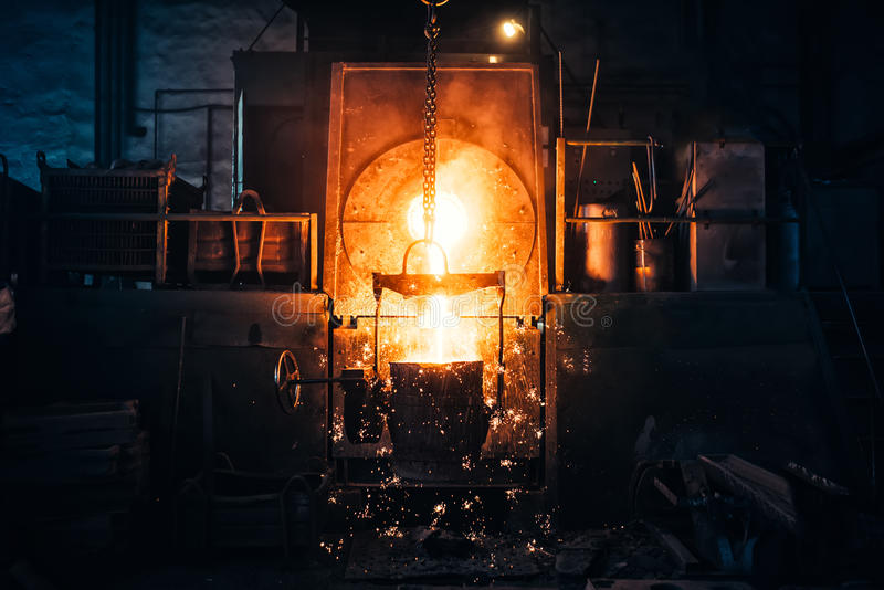 Het metaal van de uitsmelting in een metallurgische installatie Vloeibaar ijzer van metaalgietlepel het gieten in afgietsels bij  stock fotografie
