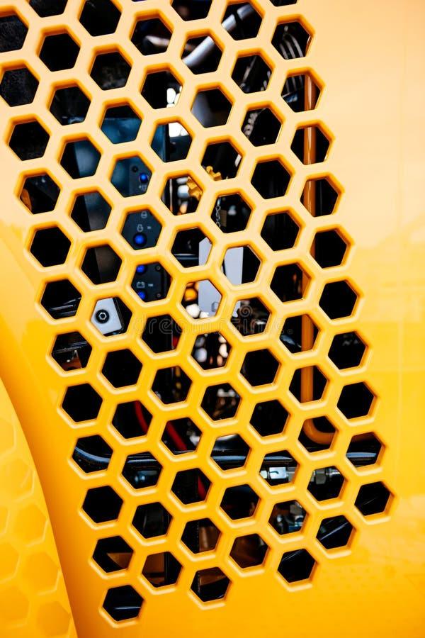 Het metaaldiedeel van de grilltractor in geel wordt geschilderd stock afbeelding