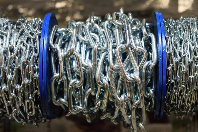 Het metaalkabel van de slingerkabel Er is ook een ketting rek in een kleine opslag royalty-vrije stock fotografie