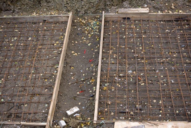 Het metaalkader van de versterking voor het concrete gieten Klaar voor het opvullen met beton - stichting van een nieuw huis stock foto's