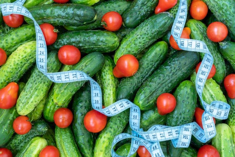 Het meten van band en verse groente stock afbeelding