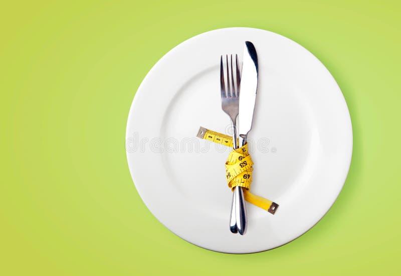 Het meten van band op een vork en een mes royalty-vrije stock afbeelding