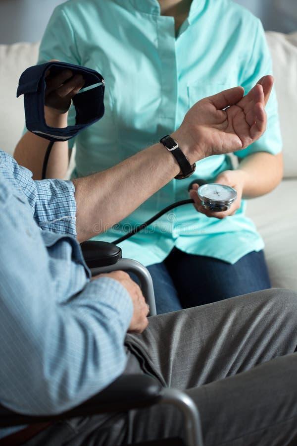 Het meten van bloeddruk stock afbeeldingen
