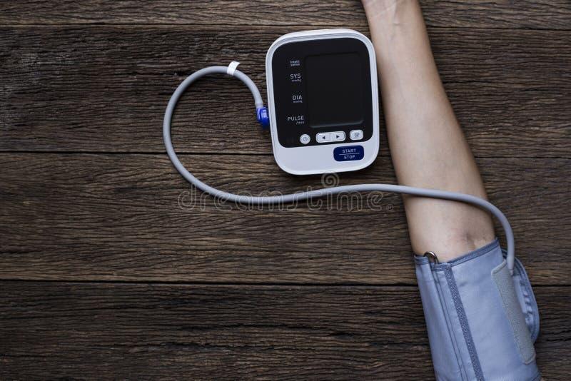 Het meten van bloeddruk en impuls royalty-vrije stock foto's