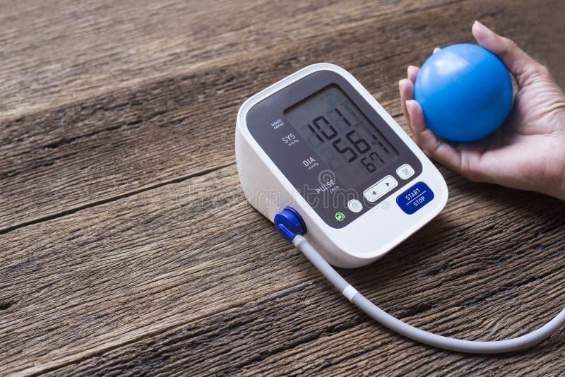 Het meten van bloeddruk en impuls terwijl zenuwachtig stock foto's