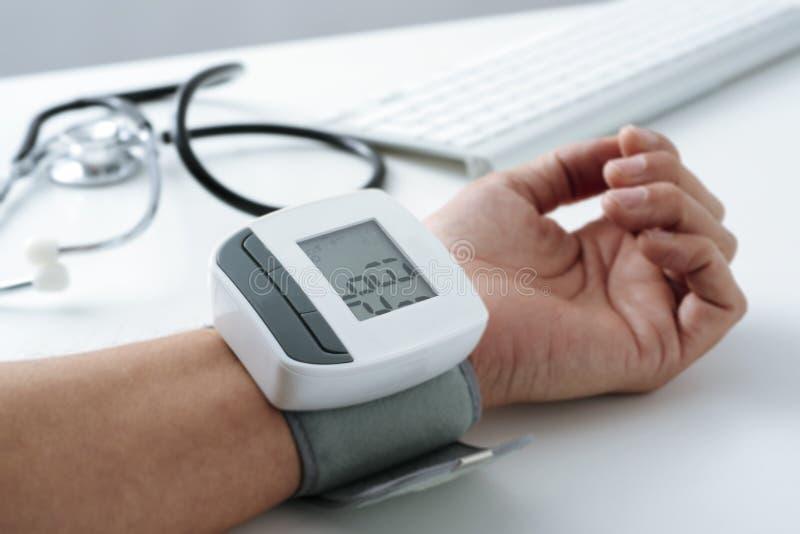 Het meten van de bloeddruk van een patiënt royalty-vrije stock foto