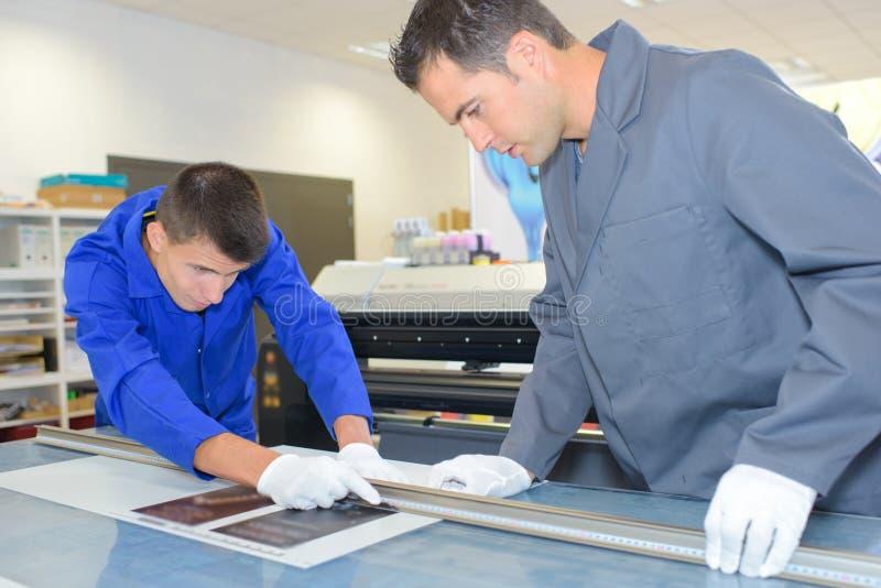 Het meten van een gedrukt document stock foto