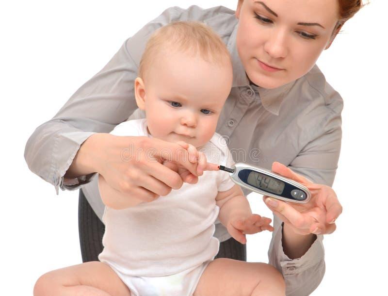Het meten van het bloedonderzoek van het glucoseniveau van de baby van het diabeteskind stock afbeelding
