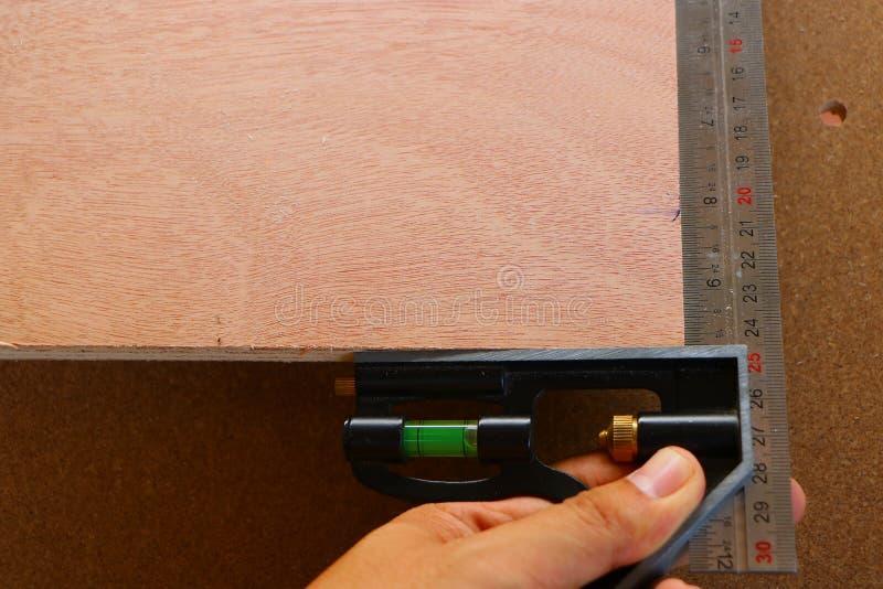 Het meten van hoek van houten meubilair stock fotografie