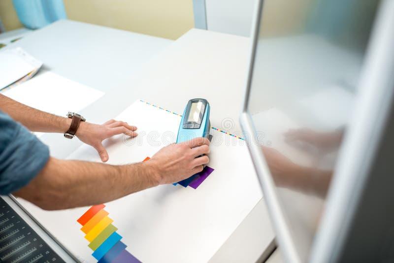 Het meten van kleur met spectrometerhulpmiddel royalty-vrije stock foto