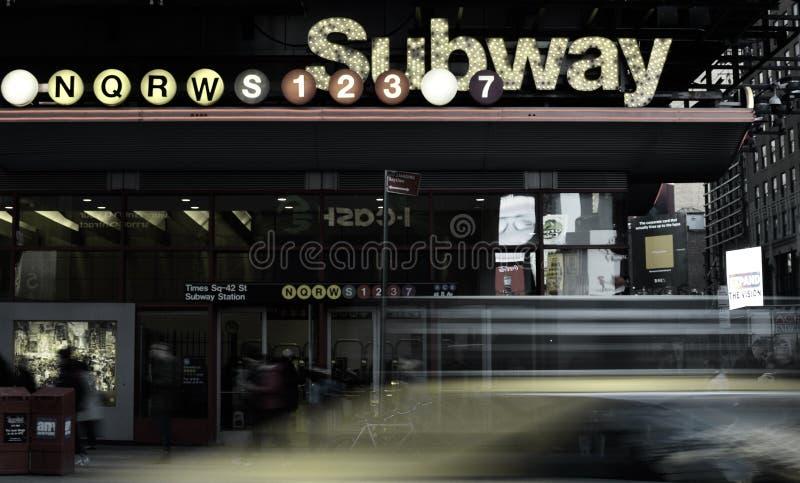 Het metroteken steekt af en toe Vierkante NYC-de Taxistraten aan van Spitsuurauto's stock afbeeldingen