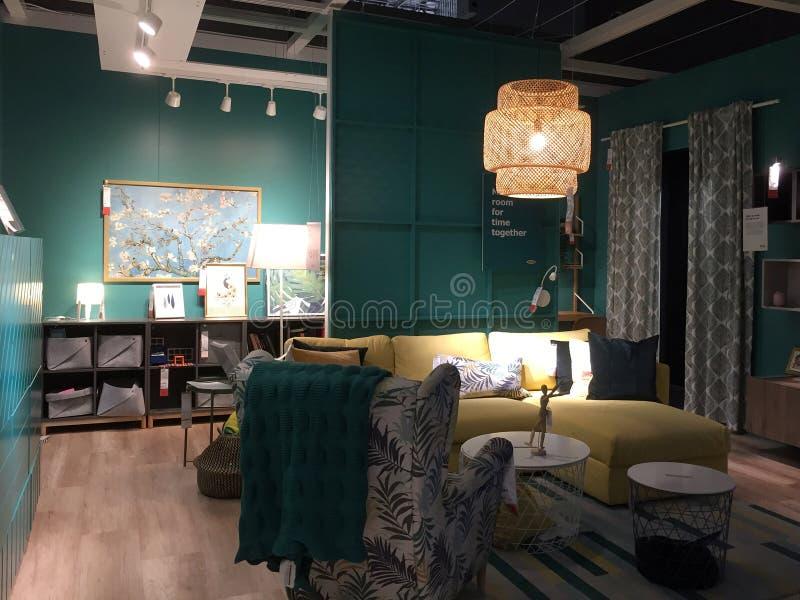 Het meubilair van de familieruimte voor verkoop bij opslag IKEA Amerika stock foto's